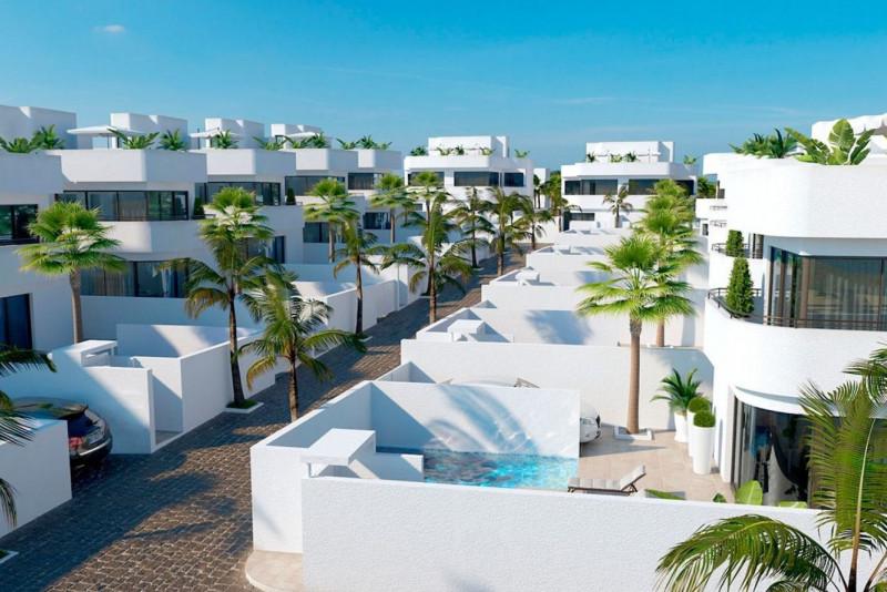 Современные виллы с бассейнами в Ла Марина